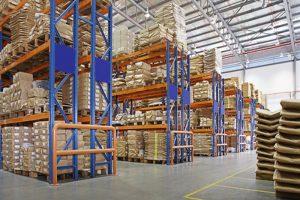 depozit cu rafturi multistrat dintr-o fabrică